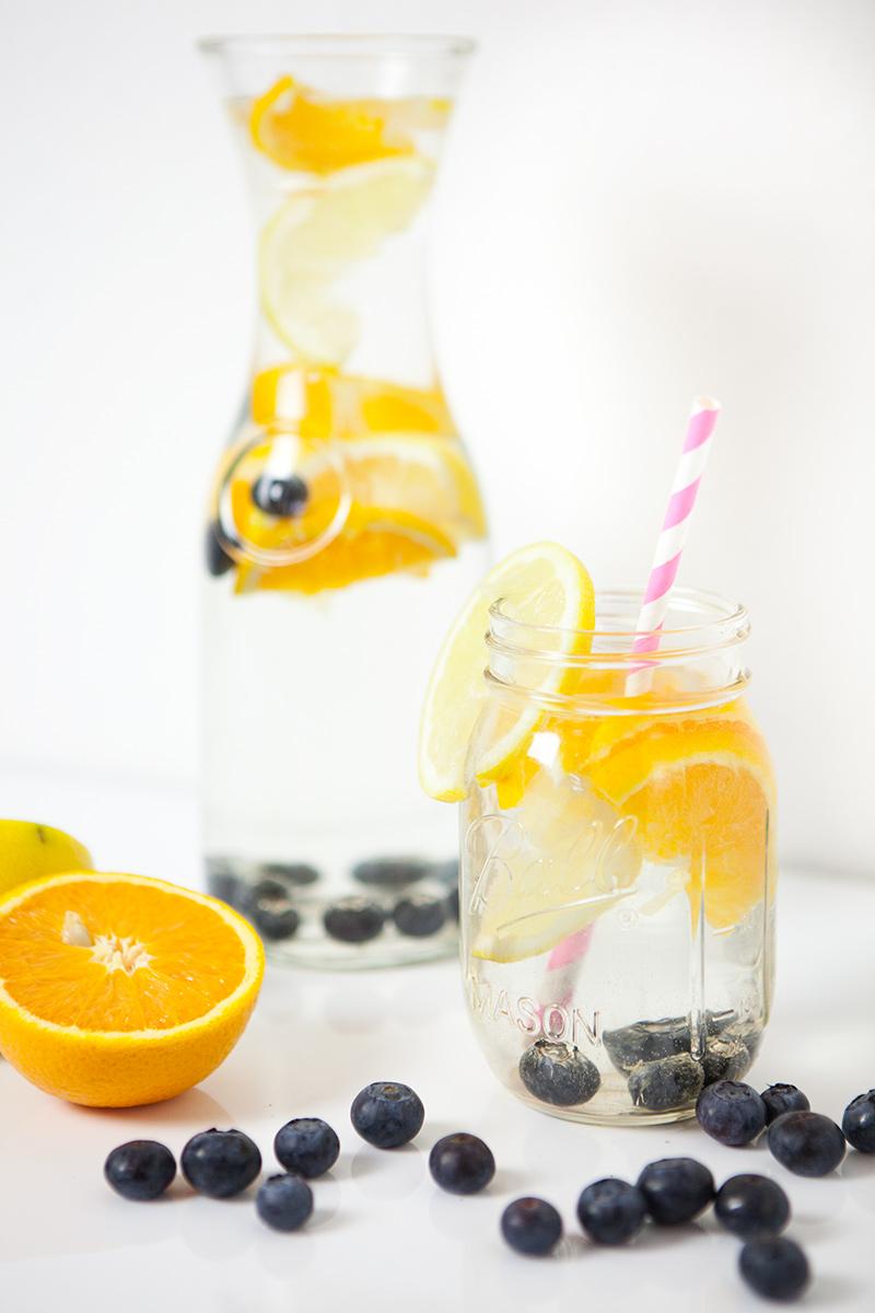 Bild: Detox Wasser, Infused Wasser, 5 Tipps, mehr trinken, Heidelbeeren, Erdbeeren, Himbeeren
