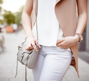Outfit beige Weste, Camisole und Capri-Jeans
