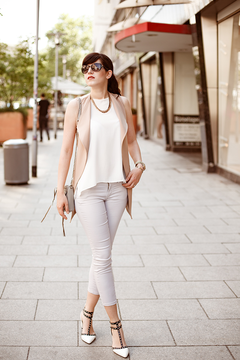 Outfit, Look: beige CapriJeans, get the look, weißes Camisole. Fashion Blog Shades of Ivory Hannover