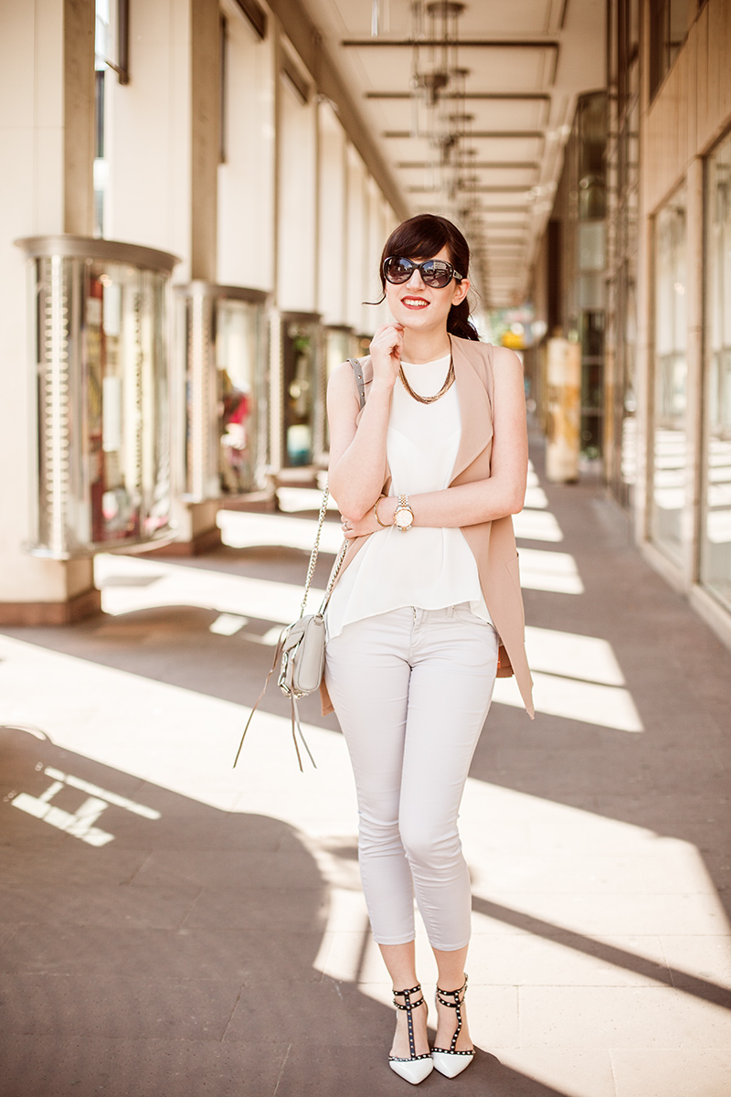 Outfit, Look: beige CapriJeans, weißes Camisole. Fashion Blog Shades of Ivory Hannover