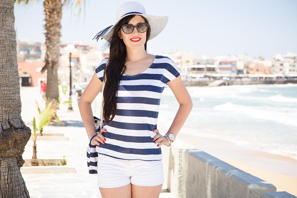 Bild Outfit, Maritim, Strand, Beach, Style, Look, Stripes, Sailor, Fashion, Shades of Ivory, Kreta, Chania, Shorts, Streifenshirt, Wedges, Hut, Blog, Hannover