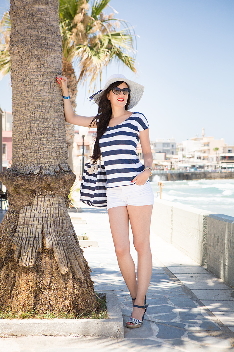 Bild Outfit, Maritim, Strand, Beach, Style, Look, Stripes, Sailor, Fashion, Shades of Ivory, Kreta, Chania, Shorts, Streifenshirt, Wedges, Hut, Blog, Hannover