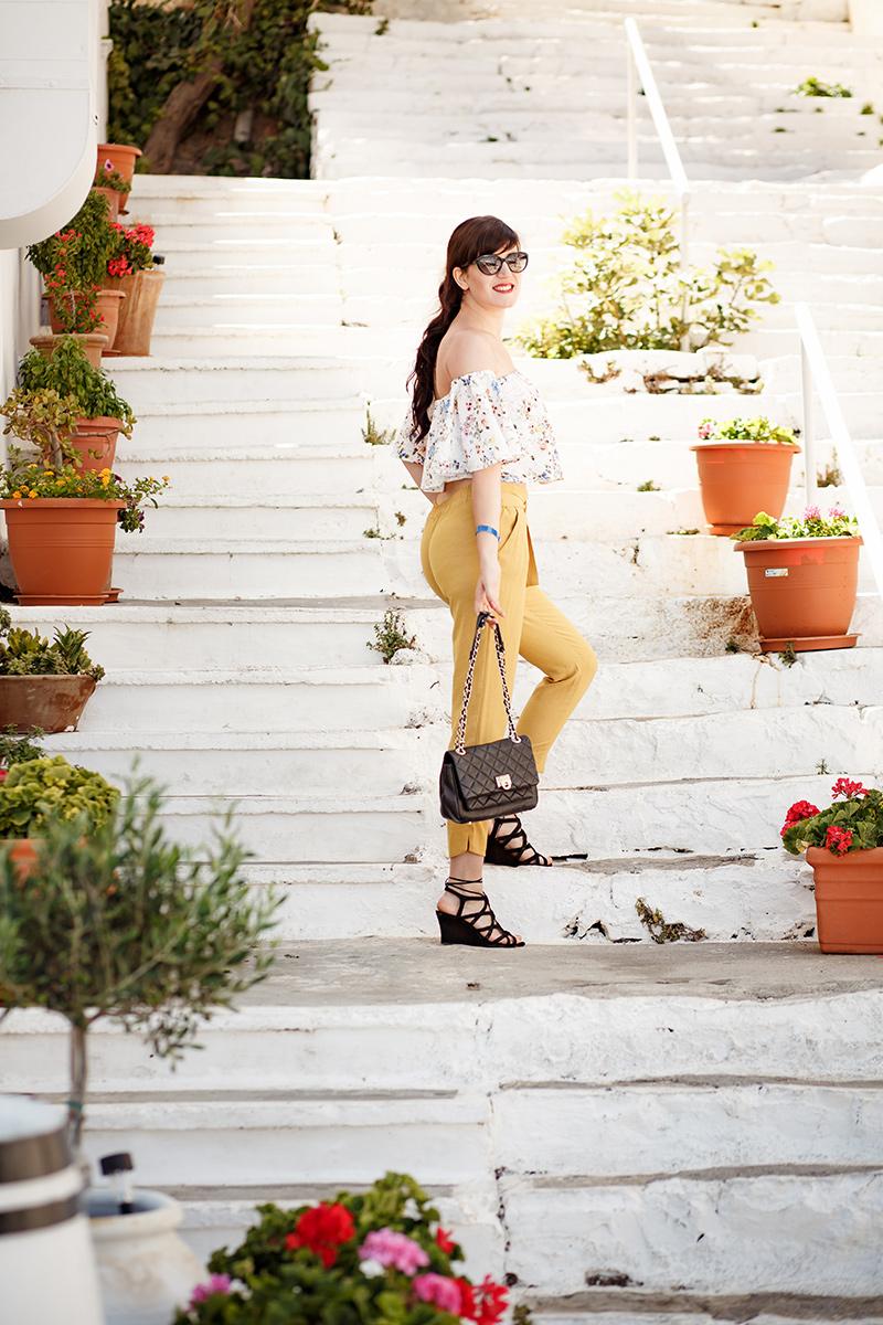 Bild Outfit, Fashion, Zara, Off Shoulderbluse, gelbe Karottenhose, Carrotpants, Style, Streetstyle, Ootd, Kreta, Urlaub, Griechenland, Agios Nikolaos, DKNY, Fashionbloggger, Hannover,