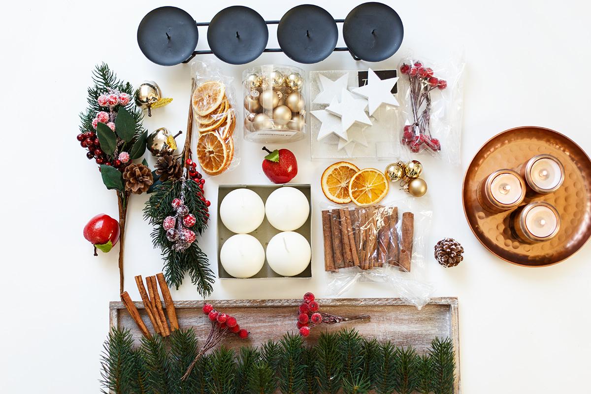Bild: Adventskranz DIY, Weihnachten, Adventszeit, Weihnachtsgesteck, Kerzen, Zimtstangen, Orangenschalen, Tannengrün, Deko, DIY, Blog