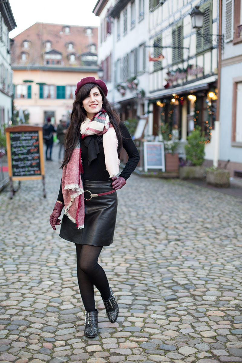 Bild: Straßburg, Outfit, La petite France, schwarzer Rock, all black, Bordeauxrot, Rock, Schal, Baskenmütze, Outfit, Fashionblogger, Winter Outfit, Winter Fashion,