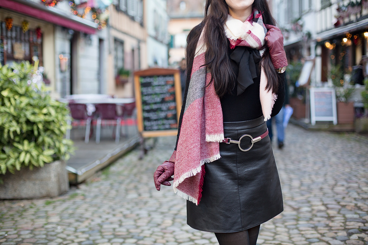 Bild: Straßburg, Outfit, La petite France, schwarzer Rock, all black, Bordeauxrot, Rock, Schal, Baskenmütze, Outfit, Fashionblogger, Winter Outfit, Winter Fashion,