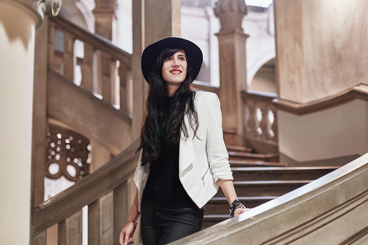 Bild: Outfit, weißer Blazer, schwarzer Pullover, all black, Streetstyle, Look, weißen Blazer, Hut, DKNY, Orsay