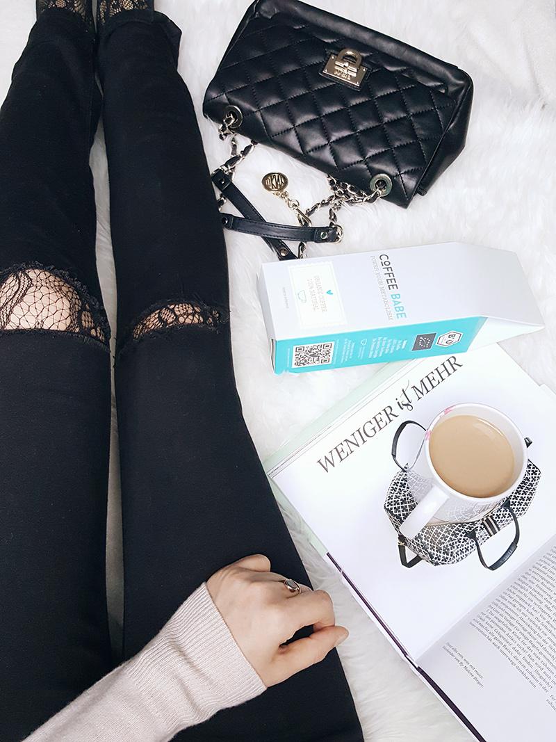 Bild: Minimalismus im Kleiderschrank, Capsule Wardrobe, Kaffee, Coffee, Fashion, Netzstrumpfhose, Ripped Jeans, Coffee Babe