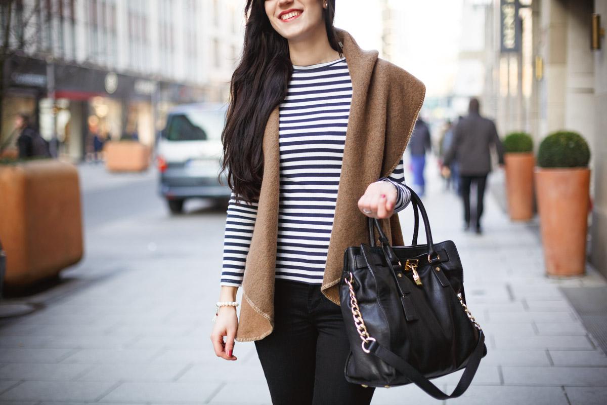 Bild: Outfit, Marinière, Streifen, Matrosen, Ringelshirt, How to Style, Weste, Beige, Levi's, Michael Kors, OOTD, Streetstyle, Hannover, Blogger, Fashionblohgger, Modeblogger, French, Style