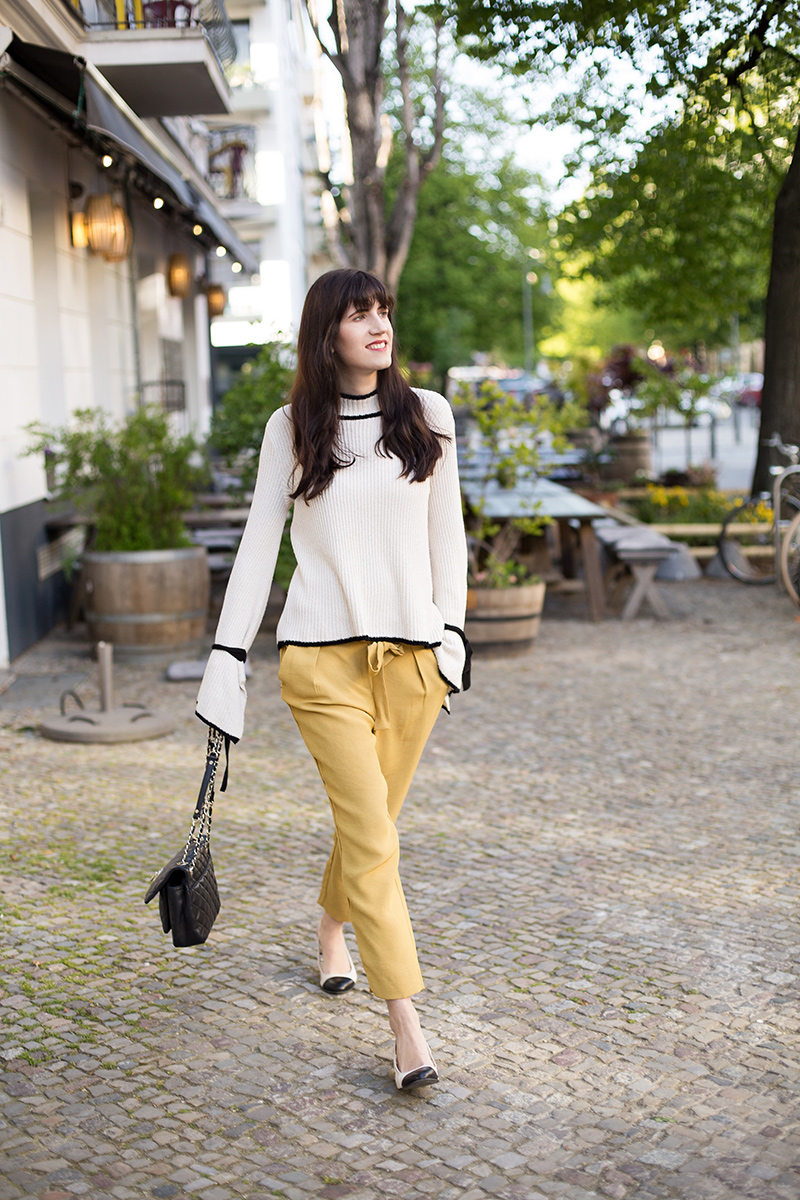 Bild: Outfit, Carrot Pants, Statement Sleeves, Asos, Mango, Frühling, Modetrends, Frühlingstrends, Springtrends, Berlin, Style, Look, Blogger, Shades of Ivory, Modeblog, Fashionblog
