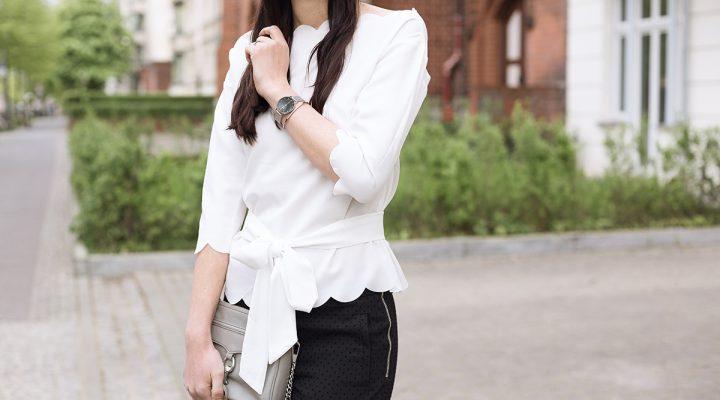 Black & White – Offshoulder Bluse mit Muschelsaum, schwarze Punkthose und Pumps