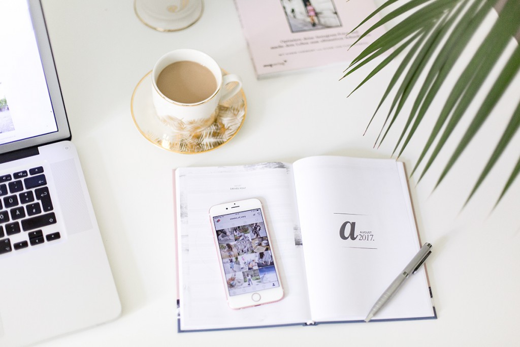 Bild: Home Office, Arbeitsplatz, Arbeitszimmer, Büro, Interieur, Interior, Wohnen, Living, Home, Inspiration, Shades of Ivory, Fashionblogger, Holzbilder, Berlin