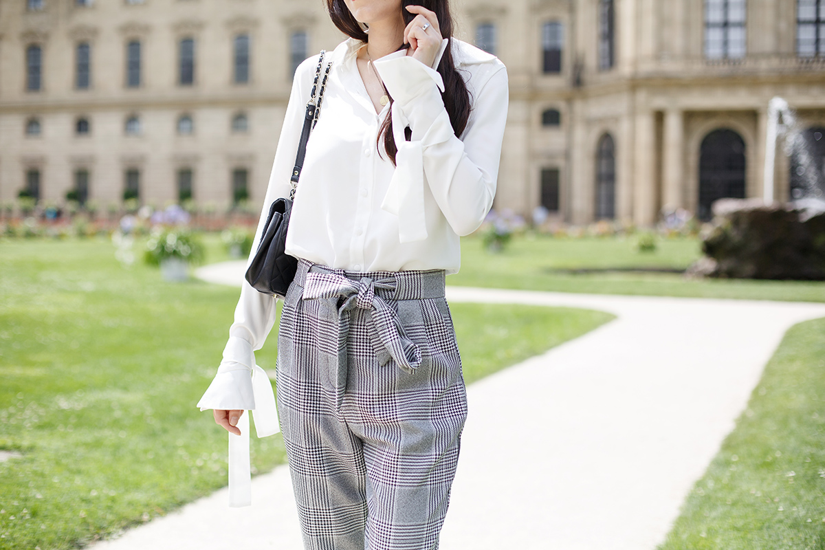 Bild: Outfit, Fashion, Fashionblogger, Carrot Pants, Karottenhose, Statement Sleeves, Statementärmel, Bluse, kariert, Streetstyle, Style, Modeblog, Würzburg, Würzburg Residenz, Blogger Berlin, Shades of Ivory,