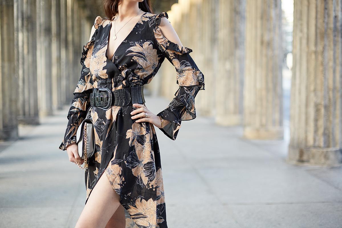 Bild: Outfit, Midikleid, Outfit Inspiration, Outfit, Style, Midi, Asos, florales Kleid, Wickelkleid, Fashion. Fashionblog, Modeblog, Berlin, Shades of Ivory
