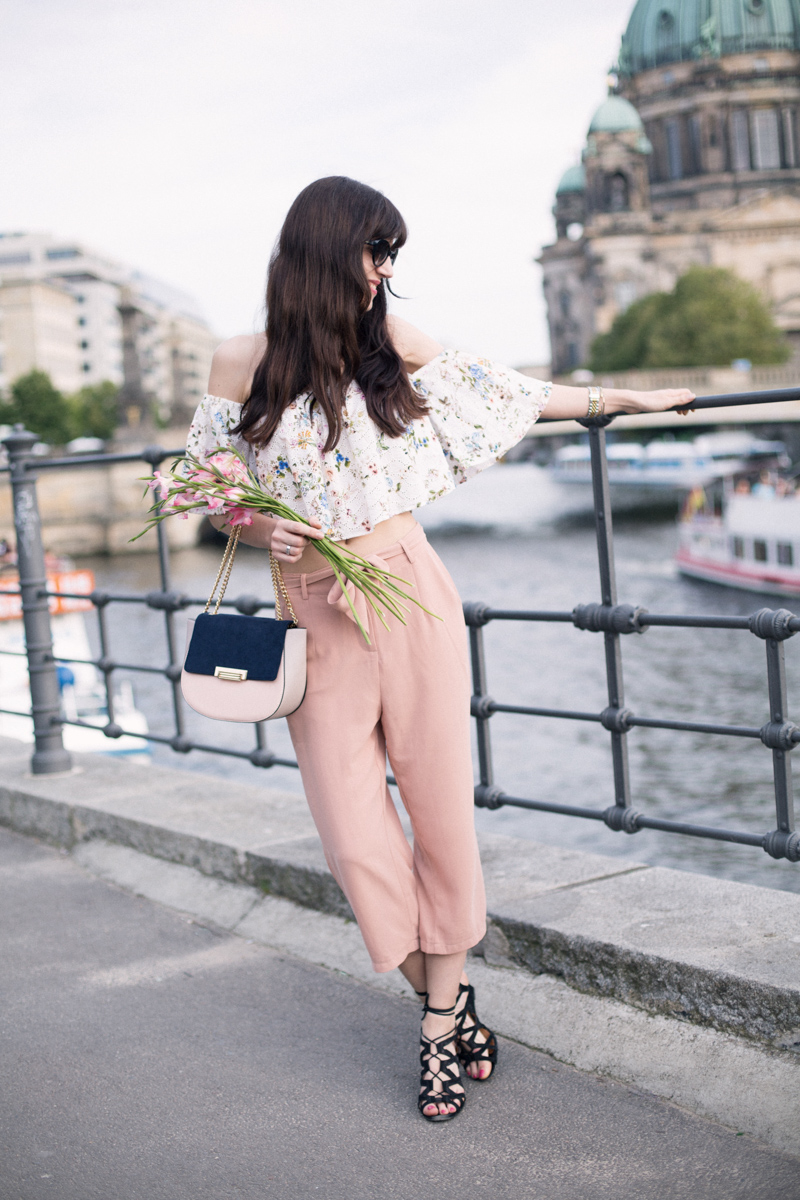 Bild: Outfit, Culotte, Off-Shoulder Bluse, Zara, Off Shoulder Bluse, Orsay, Romantisches Outfit, Berlin, Blogger, Sommeroutfit, Blumen, Shades of Ivory, Fashionblog, Berlin