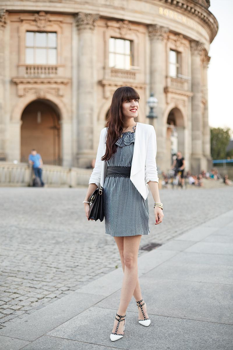 Alt Tag: Bild: Outfit, Berlin, Gendarmenmarkt, Vichy-Karo, Gingham, Ginghamkleid, Kleid, weißer Blazer, Blogger, Fashionblogger