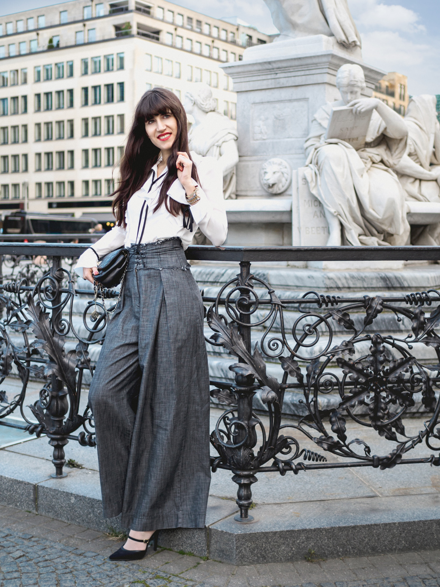 Bild: Outfit, Asos, Rüschenbluse, weite Hose, Korsettdetails, Corsage, Berlin, Gedarmenmarkt, Blogger, Fashionblogger, Fashion Week, Look, High End, Kindheitserinnerungen,