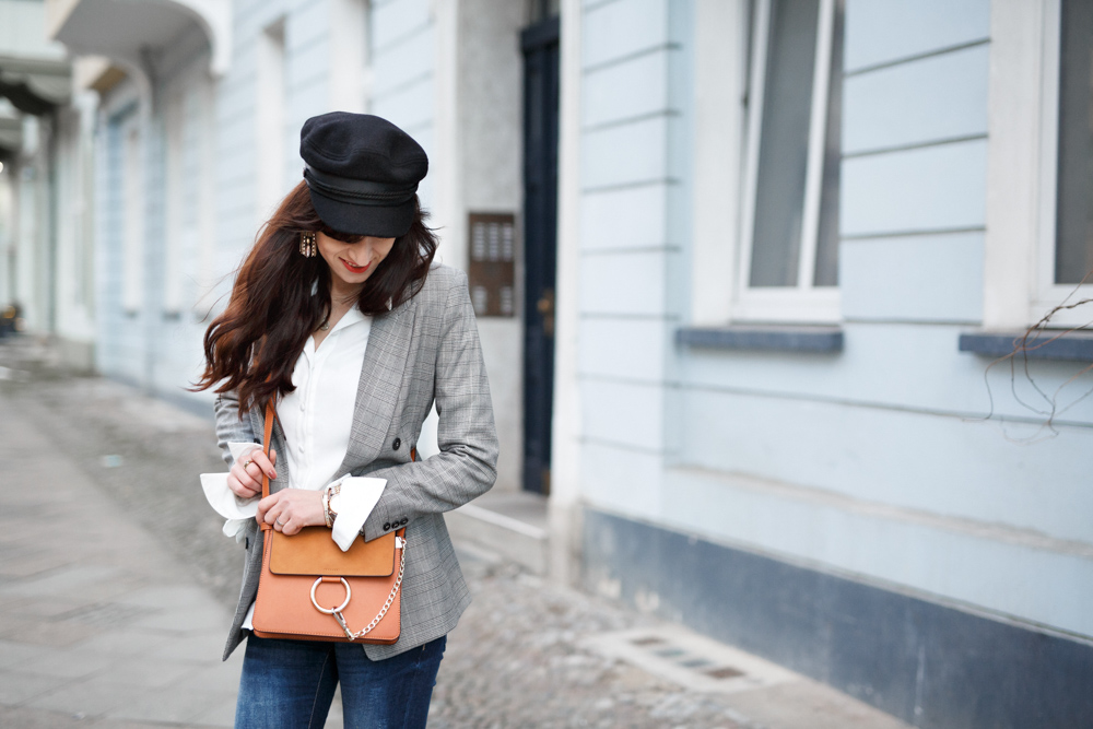 Bild: Outfit, karierter Blazer, Glencheck, Karo Muster, Mode, Fashion, Baker Boy, weiße Bluse, Outfit, Style, Blogger, Modeblog, Fashionblog, Ootd, Gucci, Chloe Lookalike, Bronx, Berlin,