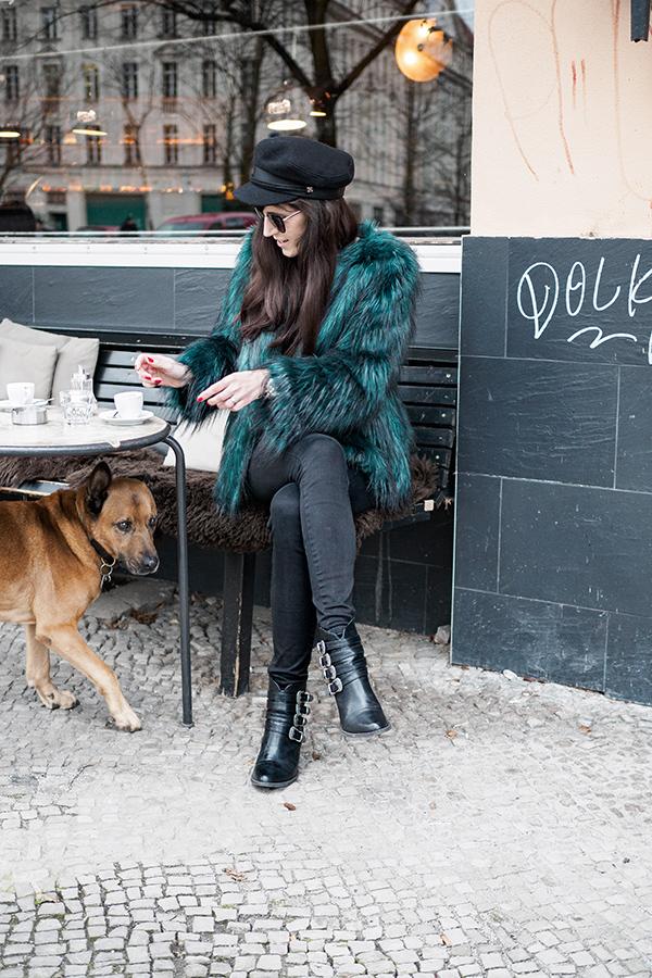 Bild: Outfit, Blogger, Berlin, Fashionblogger, Shades of Ivory, Hut, Baker Boy, Kopfbedeckung, Fashionblog, Modeblog, Felljacke, Fake Fur, Faux Fur,