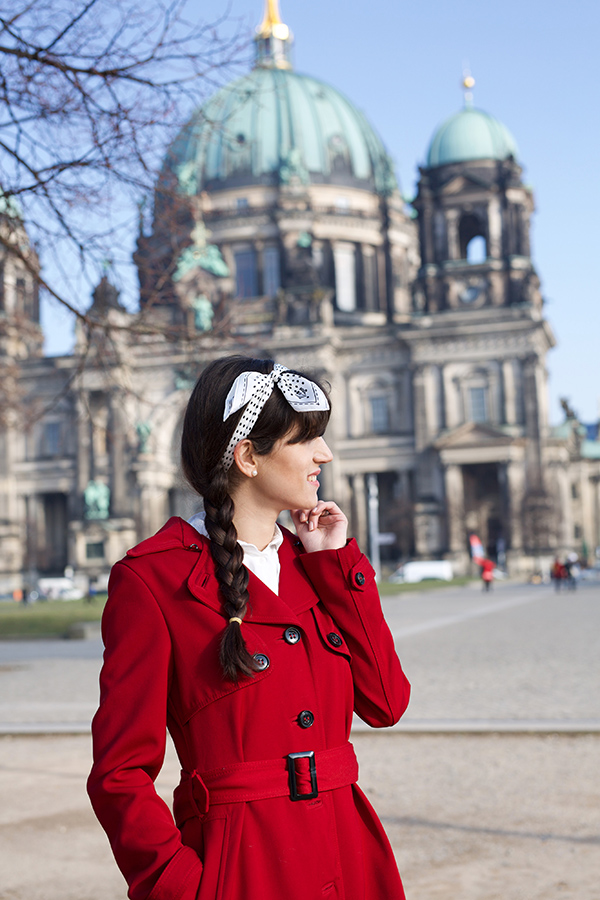 Bild: Outfit, Blogger, Berlin, Fashionblogger, Shades of Ivory, Hut, Baker Boy, Kopfbedeckung, Fashionblog, Modeblog, Red Coat, Haarband, Fraas, Berliner Dom,