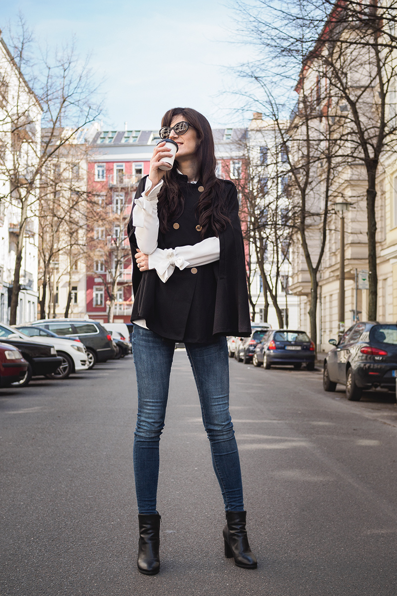 Bild: Poncho, schwarzer Poncho, Outfit, Berlin, Blogger, Poncho kombinieren, Outfit mit Poncho, SheIn, Blogger Berlin, Streetstyle, Style, Shades of Ivory