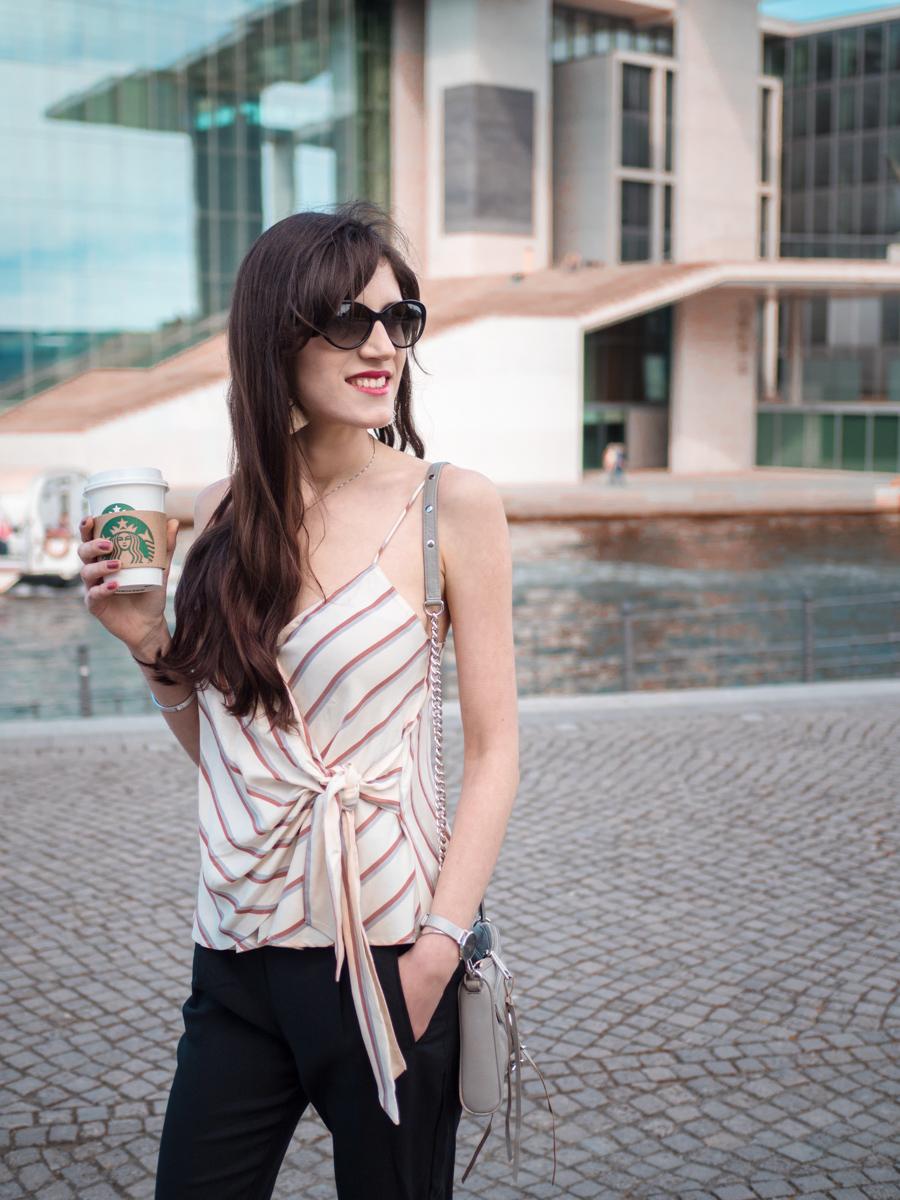Bild: Outfit, Mango, Streifentop, Mango Addicted, Fashionblogger, Berlin, Berlinblogger, Frühhlingslook, Sommerlook, Style, Jeansjacke, Nietenballerinas, Shades of Ivory, Modeblog,