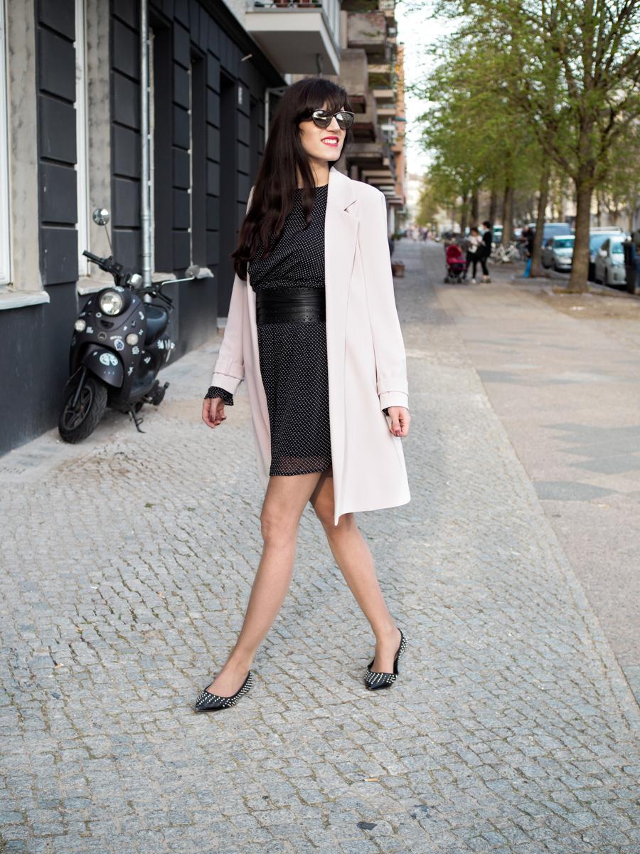 Bild: Outfit, Berlin, Outfits, Prenzlauer Berg, Polka Dots, Rosa, Cherryblossom, Blogger Look, SassyClassy, Streetstyle, Kleid, eleganter Look, Nietenballerinas, Polka Dots, Polkadot,, Look, Fashion, Fashionblogger, Blogger, Berlin Blogger, Shades of Ivory