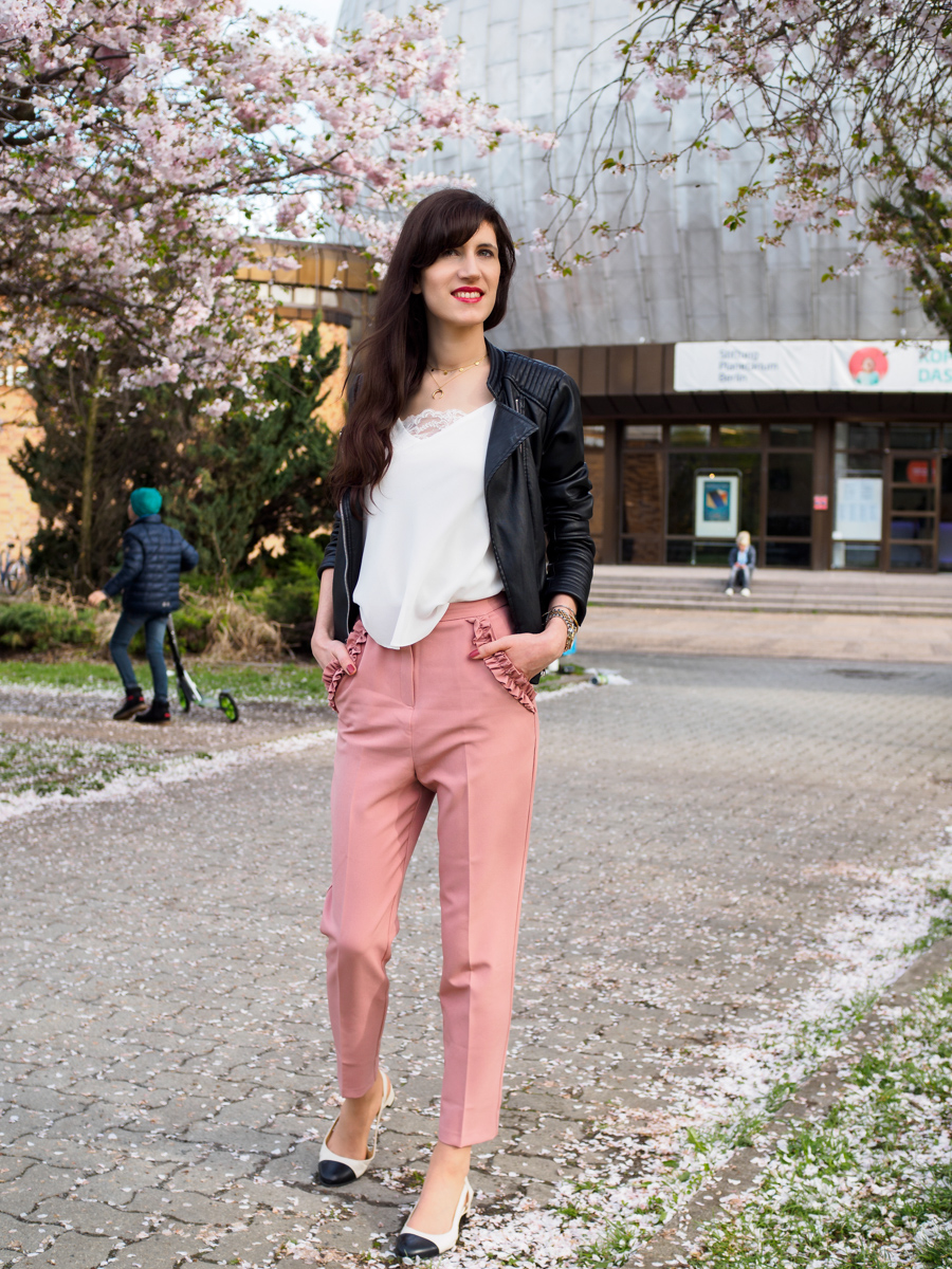 Bild: Outfit, Outfits, Berlin, Prenzlauer Berg, Polka Dots, Rosa, Cherryblossom, Blogger Look, Zeiss Planetarium, Rüschen, Rosa, Carrotpants, Streetstyle,,, Look, Fashion, Fashionblogger, Blogger, Berlin Blogger, Shades of Ivory