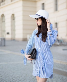 Bild: Outfit, Blogger, Berlin, Fashionblogger, Shades of Ivory, Hut, Baker Boy, Kopfbedeckung, Fashionblog, Berlin Blogger, Modeblog, Statementärmel, Streifen, Strohhut, Sommerlook,